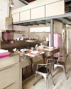 ¿Un loft industrial con pinceladas rosas?