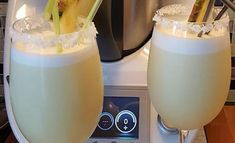 Piña colada au Thermomix - Recette Thermomix - Plat et Recette - Expolore the best and the special ideas about Cocktails Cocktail Desserts, Fun Cocktails, Fun Drinks, Alcoholic Drinks, Cocktail Mix, Cocktail Drinks, Cocktail Thermomix, Virgin Pina Colada, Rum