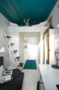 ombouw om de deur naar de woonkamer met aan weerszijden planken voor boeken etc