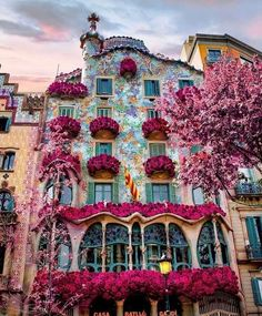 """3479 mentions J'aime, 29 commentaires - Paulette around the world (@paulette_map) sur Instagram: """"In love with the architecture of the Casa Batllo by Antoni Gaudi in Barcelona💕🤩 - 📸By…"""" Destination Voyage, Beautiful Places To Travel, Wonderful Places, Travel Aesthetic, Beautiful Buildings, Modern Buildings, Famous Buildings, City Buildings, Spain Travel"""