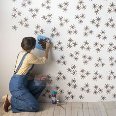 DIY Starbust 'Wallpaper' from Stamp Stencil Paint Design*Sponge Wallpaper - Her Şey Boyanabilir mi? DIY wall stencil idea that looks like wallpaper In green for the garden wall Your home for all things Design. Home Tours, DIY Project, City Guides, Sh Wallpaper Ceiling, Wallpaper Stencil, Office Wallpaper, Bold Wallpaper, Spotted Wallpaper, Painting Wallpaper, Adhesive Wallpaper, Stencil Walls, Wall Stenciling