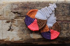 How to make macrame earrings multicolor cavandolli Macrame Rings, Macrame Knots, Macrame Jewelry, Fabric Jewelry, Macrame Earrings Tutorial, Earring Tutorial, Diy Earrings, Crochet Earrings, Micro Macramé