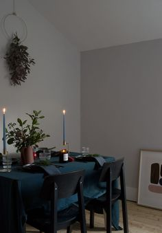 Moody and Minimal Christmas Table Styling - Curate & Display #christmastablestyling #christmasstyling #nordicchristmas #nordicchristmastable #minimalchristmas #scandichristmas #scandinavianchristmastable #tablescape #darkandmoodystyling #blackplates