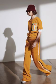 Tomas Maier Resort 2019 collection, runway looks, beauty, models, and reviews.