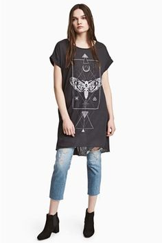 Short T-shirt dress in soft slub jersey with short cap sleeves with sewn-in turn-ups and a raw-edge hem. Slightly longer at the back.