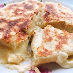 チーズがとろーり、チーズナン(チーズクルチャ)+by+Misuzuさん+|+レシピブログ+-+料理ブログのレシピ満載! ヨーグルトで捏ねたお砂糖なしの無酵母ナンの生地にチーズとマヨネーズを包んでフライパンで焼きます。とろりんチーズが美味しいですよ。