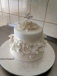 Biela svadobná.....7,5kg tortička bola darovaná mladomanželom....spodná tortička orechovo - karamelová.....druhé poschodie čokoládovo makové s višnami v rume.....
