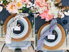 mesa posta com guardanapo com nó ao centro para decorar.