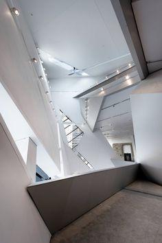 Interlocking volumes of entrance atrium   Royal Ontario Museum   Daniel Libeskind