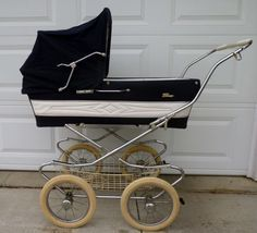 love it - perego stroller Baby Doll Strollers, Pram Stroller, Baby Prams, Vintage Stroller, Vintage Pram, Diy Baby Shower Decorations, Baby Decor, Newborn Pictures, Baby Photos