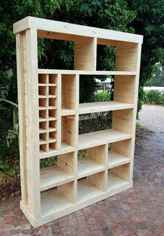 Let's craft something exceptional for your place. This time, we are proudly bringing to you a recycled wood pallets closet plan. This wooden creation is best to place in all areas of your home. Pallet Wardrobe, Pallet Closet, Diy Wardrobe, Woodworking Projects Diy, Diy Pallet Projects, Wood Projects, Woodworking Plans, Pallet Ideas, Youtube Woodworking