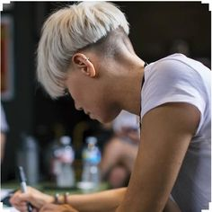 Jenna McDougall (Bowlcut) - I had a bowl cut once, it was a disaster. More More Mehr Undercut Hairstyles, Pixie Hairstyles, Pixie Haircut, Hair Inspo, Hair Inspiration, Short Hair Cuts, Short Hair Styles, Bowl Haircuts, Hair Color And Cut
