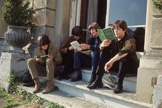 George Harrison , John Lennon , Ringo Starr and Paul McCartney of the. The Beatles Help, Beatles Love, Les Beatles, John Lennon Beatles, Paul Mccartney, Beatles Songs, Great Bands, Cool Bands, Foto Beatles
