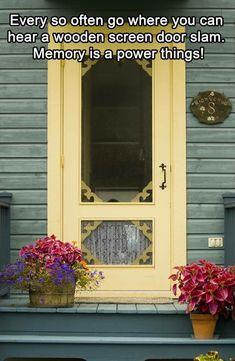 Love the country screen door - I love wooden screen doors! Old Screen Doors, Wooden Screen Door, Old Doors, Windows And Doors, Vintage Screen Doors, Vintage Doors, Antique Doors, Yellow Front Doors, Foto Art