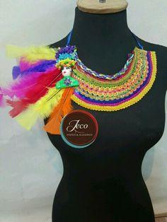 Collar carnaval www.accesoriosjeco.com Diy Jewelry, Jewelry Bracelets, Mardi Gras, Crochet Necklace, Halloween, Womens Fashion, Ideas, Bijoux, Cool Ideas