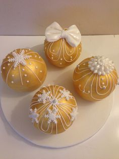 gold bauble christmas cakes