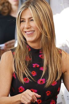 It's been over a decade since Jennifer Aniston graced our TV screens on Friends, but you'd never know it from her glowing complexion and smooth skin. So in an effort to age as gracefully as she has, we're copying her best skincare tips. Estilo Jennifer Aniston, Jenifer Aniston, Younger Looking Skin, Look Younger, Younger Skin, Natural Beauty Tips, Beauty Routines, Skincare Routine, Cute Faces