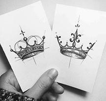 Tatouages significatifs - Mònica Sampietro www.monicasampiet… - Tatouages significatifs - Mònica Sampietro www.monicasampiet…Tatouages significatifs - Mònica Sampietro www. Diy Tattoo, Tattoo App, Tattoo Fonts, King Crown Tattoo, Crown Tattoo Design, Queen Tattoo, Small Crown Tattoo, Tattoos Partner, Couple Tattoos