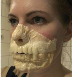 Zombie makeup latex – easy and cheap homemade mask, this is AWESOME. Zombie makeup latex – easy and cheap homemade mask, this is AWESOME. Halloween Zombie, Halloween Cosplay, Halloween Make Up, Halloween Party, Halloween Face Makeup, Halloween Maze, Halloween 2018, Halloween Costumes, Zombie Walk