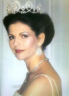Queen Silvia wore this tiara for an Official Photo released in the 1970s. Possibly taken before the Opera Performance on June 18, 1976.