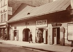 Przy ulicy DługiejNieistniejący już dom przy ul. Długiej 20, 1914 r. Zakład krawiecki, sklep z towarami bławatnymi.