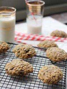 Perfectly soft and chewy easy oatmeal raisin cookie recipe with only 6 ingredients! Easy to put together and the recipe makes the best oatmeal cookies! This post is overdue. These easy oatmeal cookies are long… Easy Cookie Recipes, Sweet Recipes, Dessert Recipes, Bar Recipes, Easy Oatmeal Raisin Cookies, Delicious Desserts, Yummy Food, Tasty, Living At Home