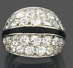 Suzanne Belperron Années 1935  Bague jonc diamant  deux pans inclinés pavés de diamants taille brillant (TA) séparés par une bande laquée noire. Monture en platine.  Poids brut : 8.8 gr.  TDD : 46.5  La bague est accompagnée d'un certificat d'authenticité de la maison BELPERRON (anciennement B. HERZ/HERZ-BELPERRON) énoncant la référence du modèle SVR42.  a Diamond and lacquer platinum ring by Suzanne BELPERRON circa 1935.