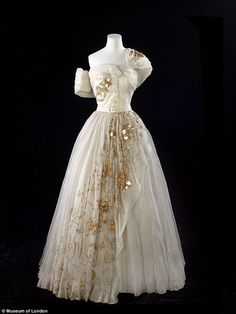 Princess Margarets birthday Dior gown to go on display at V&A - Dior Dress - Ideas of Dior Dress - The one-shouldered cream gown features a dramatic tulle skirt and gold embellishment running down it Couture Mode, Dior Couture, Couture Fashion, Fashion Show, Fashion Fashion, Vintage Fashion 1950s, Vintage Mode, Vintage Dior, Vintage Hats