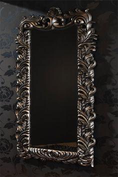 Elegante espejo BACO con motivos barrocos.