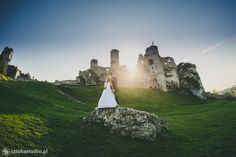 zdjęcia ślubne z parą młodą na zamku w Ogrodzieńcu / wedding photos in the Ogrodzieniec castle .