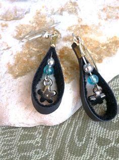 Boucles d'oreille fleurs et simili cuir, cheap and chic : Boucles d'oreille par l-atelier-de-yaelle