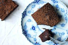 Glutenfria brownies med kokosmjöl  Dessa saftiga brownies har en stark chokladsmak med knapriga bitar av valnötter i. Om du är på ett riktigt chokladigt humör kan du även slänga ner en näve chokladbitar i smeten.