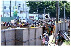 #Brazil Na imagem, a barreira que a Polícia Militar montou para impedir que a manifestação se aproxime do Castelão. Foto de Ari Ferreira/LANCE!Press