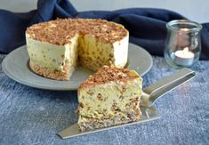 Daim islagkage - nem og lækker opskrift på skøn dessert - madenimitliv.dk Danish Dessert, Delicious Desserts, Yummy Food, A Food, Banana Bread, Ice Cream, Cream Cake, French Toast, Drink