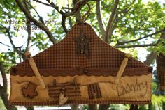portamollette primitive Primitive Quilts, Primitive Folk Art, Country Primitive, Primitive Decor, Wood Projects, Sewing Projects, Craft Projects, Clothespin Bag, Peg Bag