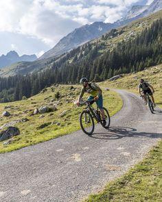 E-Mountainbiken und Mountainbiken in der Surselva. Foto: nordlichtphoto.com Mountains, Travel, Pictures, Road Racer Bike, Families, Tours, Summer Recipes, Viajes, Trips