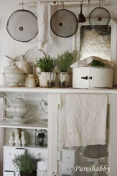 Shabby Chic Decorating Ideas - lots of great ways to decorate with ironstone… Vintage Farmhouse Decor, Farmhouse Bedroom Decor, Vintage Kitchen Decor, Shabby Chic Kitchen, Farmhouse Kitchen Decor, Shabby Vintage, Farmhouse Chic, Shabby Chic Decor, Bedroom Vintage