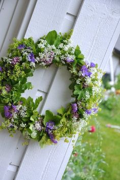 Points You Should Know Prior To Obtaining Bouquets Couronne De Fleurs Wreath Crafts, Diy Wreath, Door Wreaths, Garden Pictures, Decoration Table, Summer Wreath, Making Ideas, Flower Art, Floral Arrangements