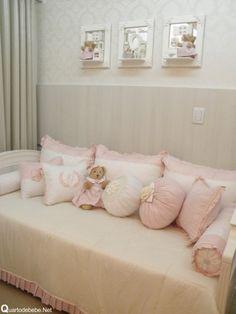 Enxoval de cama de babá rosa com ursos, lacinhos e pérolas.