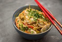 10 ínycsiklandozó ázsiai fogás, amiért nem kell az étterembe menned, mert otthon is elkészítheted Wok, Japchae, Thai Red Curry, Poultry, Food And Drink, Chinese, Pasta, Healthy Recipes, Chicken