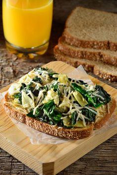 El delicioso sándwich de espinaca, alcachofa y quesos es el desayuno perfecto para comenzar tu día con algo rico, saludable y muy nutritivo. El sabor que le aporta el Pan Oroweat® Integral es espectacular.