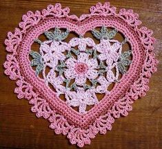 Crochet heart with diagram, but this is easy. I would use thin yarn ( First row chain row 6 chains (every other knot) to make 6 chain circle then build to make the round center, then add the green corners and wrap around. Crochet Motifs, Crochet Squares, Thread Crochet, Knit Or Crochet, Irish Crochet, Crochet Crafts, Crochet Doilies, Crochet Flowers, Crochet Stitches