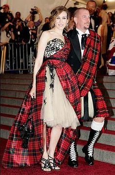 El tul ha acompañado a Sarah Jessica Parker también fuera de la serie. En la gala MET de 2006 lució este vestido al estilo de las tierras altas de Escocia con tul y tartán. | McQueen | http://hungerforstyle.blogspot.com.es/2013/06/el-tul-de-carrie.html