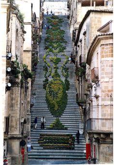 142段の階段に出現した、2000の植木花を使ったドット絵 | roomie(ルーミー)
