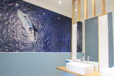 Rénovation d'une salle de bain, conception et maîtrise d'oeuvre par l'agence Unika. Inspiration nautique pour rêver d'être face à la mer dès le matin. Bathroom Lighting, Mirror, Inspiration, Furniture, Home Decor, Country Cottage Living, Room, Bathroom Light Fittings, Biblical Inspiration