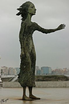 La madre del emigrante en Gijon, Asturias // Statue dedicated to the mother of the emigrants, Gijón, Asturias Great Places, Places To See, Asturias Spain, Paraiso Natural, Basque Country, Spain And Portugal, What A Wonderful World, Land Art, Spain Travel