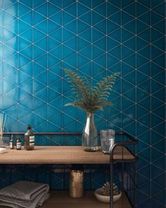 Bet the tile SCALE TRIANGOLO of electric blue color BLUE – in the bedroom, in the kitchen, in all the rooms of your house. Deco # tile Source by asdecarreaux Tile Accent Wall, Wall Tiles, Triangle Wall, Unique Tile, Geometric Tiles, Blue Floor, Bad Inspiration, Blue Tiles, Blue Bathroom Tiles