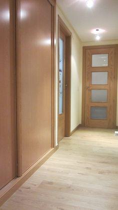 Carpintería de roble, puertas y armarios, armario de puertas correderas Doors And Floors, Architrave, Oak Doors, Home Reno, Ideas Para, Sweet Home, Colours, Flooring, Interior Design