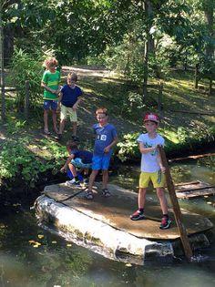 Stoere vrienden op een vlot. Zelf gebouwd natuurijk. En de overkant is gehaald!