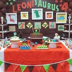 Festinha caseira com tema Dinossauros, muito bonitinha! Decoração feita pela mãe do aniversariante @eusouallyne, #regram @mamaefesteira  #kikidsparty